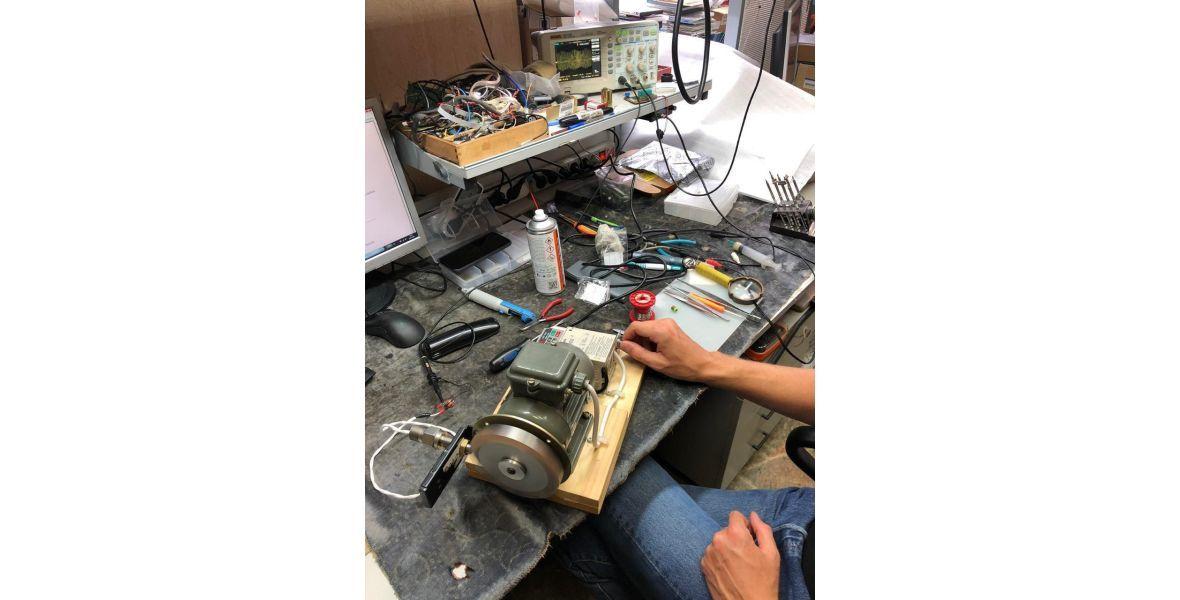 На фото двигатель и подключенный датчик- это испытательная установка