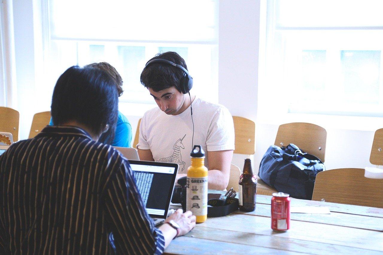 подросток работает за компьютером