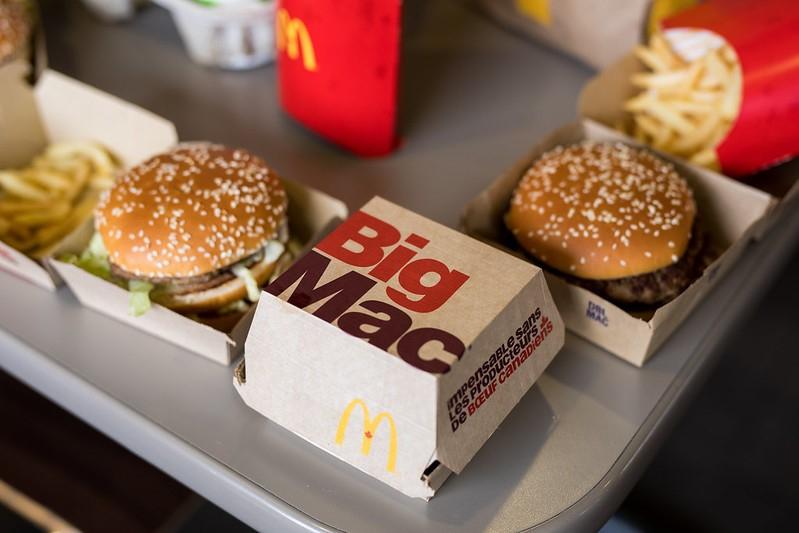 продукция McDonalds на столе, биг мак, гамбургер, картошка фри